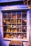 Esposizione delle finestre dei negozi con gli oggetti magici in vicolo di Diagon dal film di Harry Potter Warner Brothers Studio  Fotografie Stock Libere da Diritti