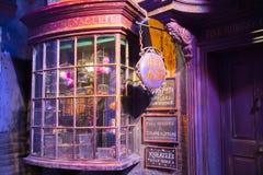 Esposizione delle finestre dei negozi con gli oggetti magici in vicolo di Diagon dal film di Harry Potter Warner Brothers Studio  Immagine Stock