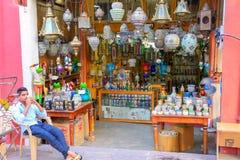 Esposizione delle lampade tradizionali in un deposito a Johari Bazaar in Jaip fotografie stock libere da diritti
