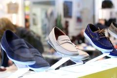 Esposizione delle scarpe del ` s degli uomini Immagine Stock