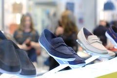 Esposizione delle scarpe del ` s degli uomini Immagini Stock