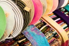 Esposizione delle sciarpe e dei cappelli Fotografie Stock