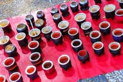Esposizione delle tazze del compagno al mercato di strada a Montevideo, Uruguay fotografia stock