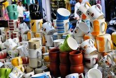 Esposizione delle terraglie in un mercato indiano Immagini Stock