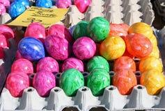 Esposizione delle uova di Pasqua dipinte variopinte Immagini Stock
