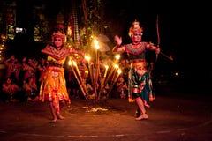 Esposizione di ballo del fuoco di Kecak delle donne di Balinese Immagine Stock