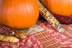Esposizione di caduta delle zucche e del cereale arancio Fotografie Stock Libere da Diritti