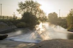 Esposizione di Dearne Misty Morning Sunrise Long Daylight del fiume immagine stock libera da diritti