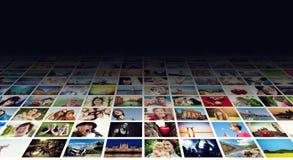 Esposizione di immagini sugli ampi monitor moderni, schermi Immagini Stock