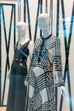Esposizione di lusso ed alla moda della finestra di marca Sho dei vestiti della donna Fotografia Stock