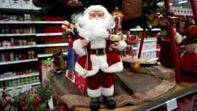 Esposizione di Natale del Babbo Natale nel deposito stock footage