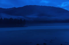 Esposizione di notte della foschia del fiume della montagna Fotografia Stock