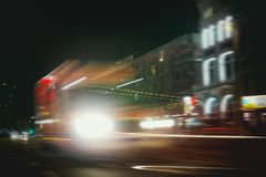 Esposizione di notte della st Pauli Reeperbahn Ambulance Party Street di Amburgo fotografia stock libera da diritti