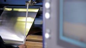Esposizione di pannello di controllo Lavoratore su un'attrezzatura industriale moderna che funziona con la lamina di metallo Tiro archivi video