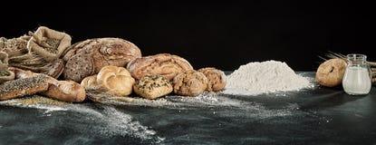 Esposizione di panorama dei pani gastronomici con pasta immagine stock libera da diritti