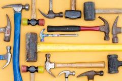 Esposizione di una diversità dei martelli in un kit di utensili Fotografia Stock