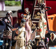 Esposizione di varie figurine africane delle donne e delle bambole nere per la decorazione Fotografia Stock