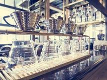 Esposizione di vetro del corredo del caffè americano nell'annata del caffè della caffetteria Fotografia Stock Libera da Diritti