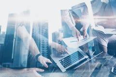 Esposizione doppia di giovani colleghe che lavorano insieme sul nuovo progetto startup in ufficio moderno Gente di affari Immagine Stock