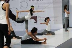 Esposizione e modelli di yoga Immagini Stock Libere da Diritti