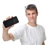 Esposizione felice di manifestazione del giovane del telefono cellulare mobile con l'SCR in bianco fotografia stock libera da diritti