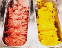 Esposizione gastronomica del gelato di gelato di gelato nella fine del negozio su Confe fotografia stock