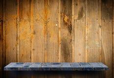 Esposizione grigia del contatore dello scaffale della roccia su fondo di legno immagini stock
