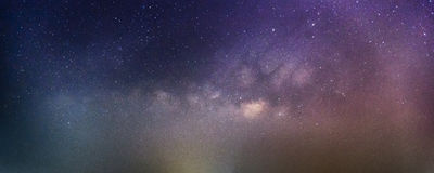 Esposizione lunga astratta della Via Lattea con le stelle nel cielo notturno Immagini Stock