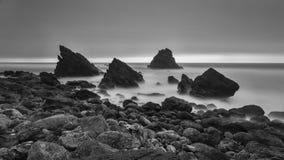 Esposizione lunga in bianco e nero di vista sul mare fotografie stock libere da diritti