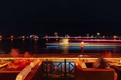 Esposizione lunga dei riverboats sul fiume Tonle Sap in Phnom Penh, Cambogia immagine stock