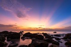 Esposizione lunga del cielo crepuscolare con la spiaggia di pietra immagini stock