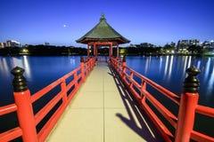 Esposizione lunga del paesaggio di notte del padiglione di Ukimi al parco di Ohori, Fukuoka, Giappone fotografia stock