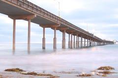 Esposizione lunga del pilastro della spiaggia dell'oceano fotografia stock