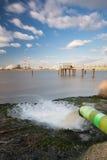 Esposizione lunga del tubo e della raffineria dell'acqua di scarico Fotografia Stock Libera da Diritti