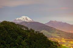Esposizione lunga del vulcano dell'altare e di Chimborazo, Sudamerica Immagini Stock