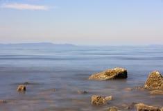 Esposizione lunga dell'oceano Pacifico con alcune rocce nella priorità alta Fotografia Stock