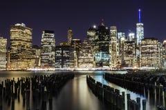 Esposizione lunga dell'orizzonte di Manhattan alla notte Fotografie Stock Libere da Diritti