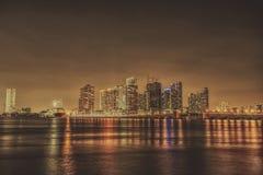 Esposizione lunga dell'orizzonte di notte di Miami Florida Fotografia Stock