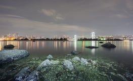 Esposizione lunga della baia e del ponte dell'arcobaleno da Odaiba, Nightview Immagini Stock
