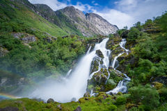 Esposizione lunga della cascata del parco nazionale di Briksdalsbreen Fotografie Stock Libere da Diritti