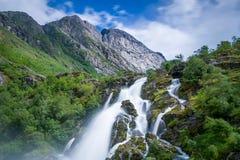 Esposizione lunga della cascata di Briksdalsbreen e vista vicina Fotografia Stock Libera da Diritti