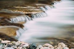 Esposizione lunga della cascata della torrente Fotografia Stock