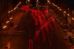 Esposizione lunga della luce dell'automobile, traffico della foto delle tracce sulla strada alla notte, fuoco selettivo Fotografia Stock Libera da Diritti