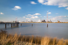Esposizione lunga della raffineria e del molo del porto di Anversa Immagini Stock Libere da Diritti