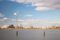 Esposizione lunga della raffineria e della fiaccola del porto di Anversa Fotografia Stock