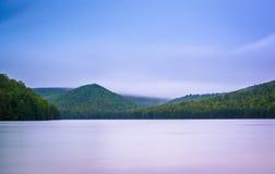 Esposizione lunga delle nuvole che si spostano per le montagne e funzionamento lungo del pino Immagini Stock Libere da Diritti