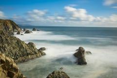 Esposizione lunga delle onde che si schiantano lungo la costa di California vicino a San Francisco immagine stock