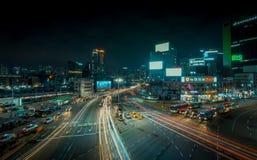 Esposizione lunga delle vie di Seoul con le automobili fotografia stock libera da diritti