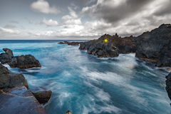 Esposizione lunga di Biscoitos con le rocce vulcaniche nell'isola di Terceira Immagine Stock