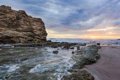 Esposizione lunga di grande della roccia tramonto della spiaggia Fotografie Stock Libere da Diritti